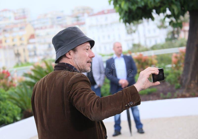 Mathieu Amalric toma um selfie imagem de stock