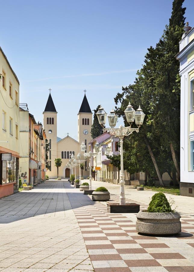 Matije Gupca街道在Caplina 达成协议波斯尼亚夹子色的greyed黑塞哥维那包括专业的区区映射路径替补被遮蔽的状态周围的领土对都市植被 库存图片
