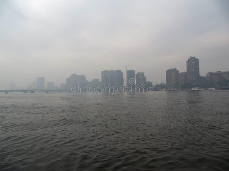 Matin au Caire Brouillard au-dessus du Nil images libres de droits