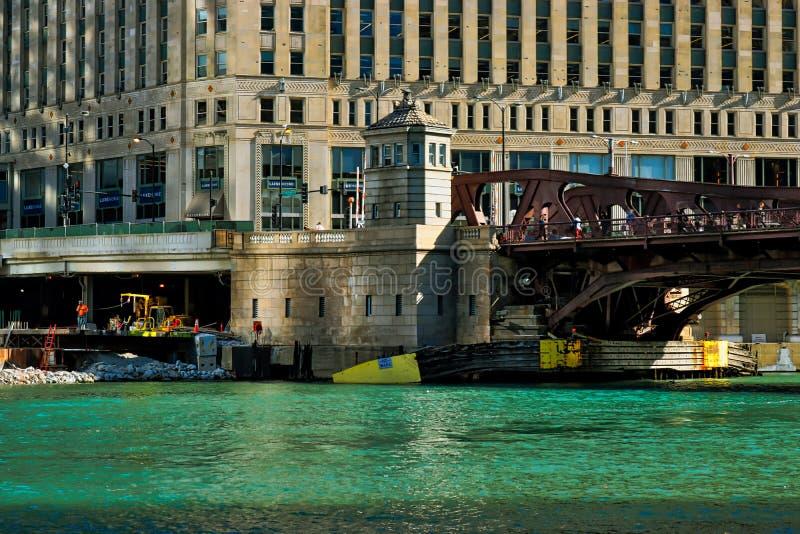Matin au-dessus de la rivière Chicago avec la vue du pont en rue de Wells photographie stock libre de droits