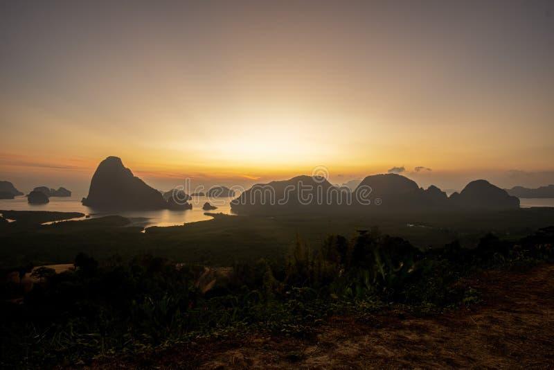 Matin bleu Montagnes en mer d'Andaman photos stock