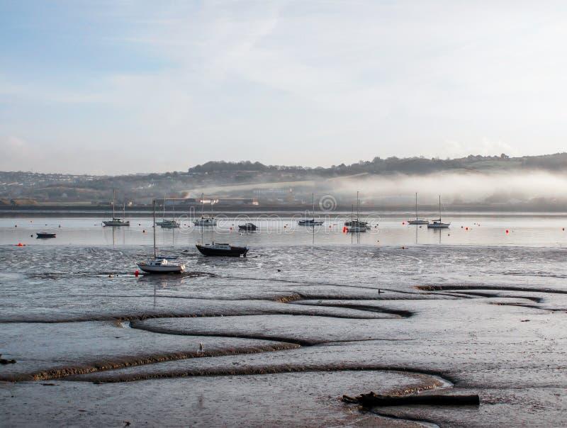 Matin brumeux à marée basse sur l'estuaire de Tamar, à la frontière de Devon et des Cornouailles, le R-U photographie stock