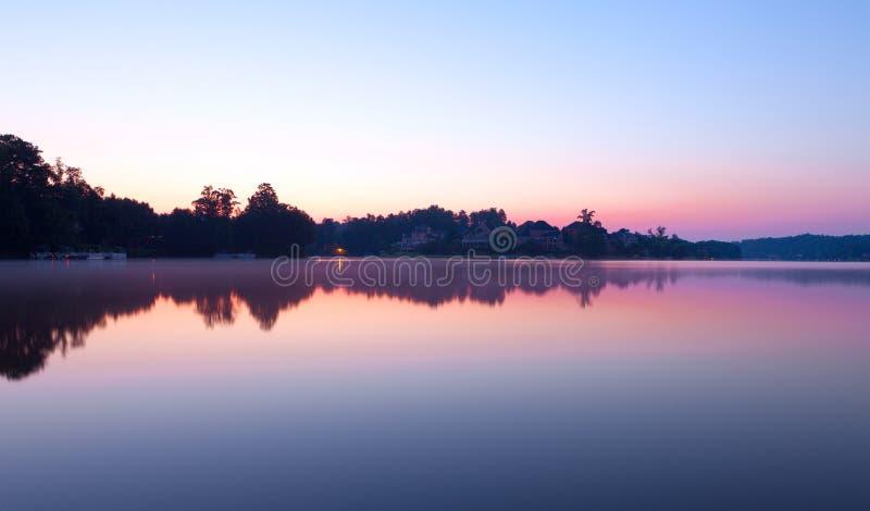 Matin brumeux au lac photo stock