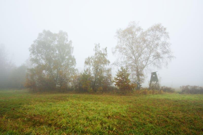 Matin brumeux d'automne avec un abri de chasse photo libre de droits