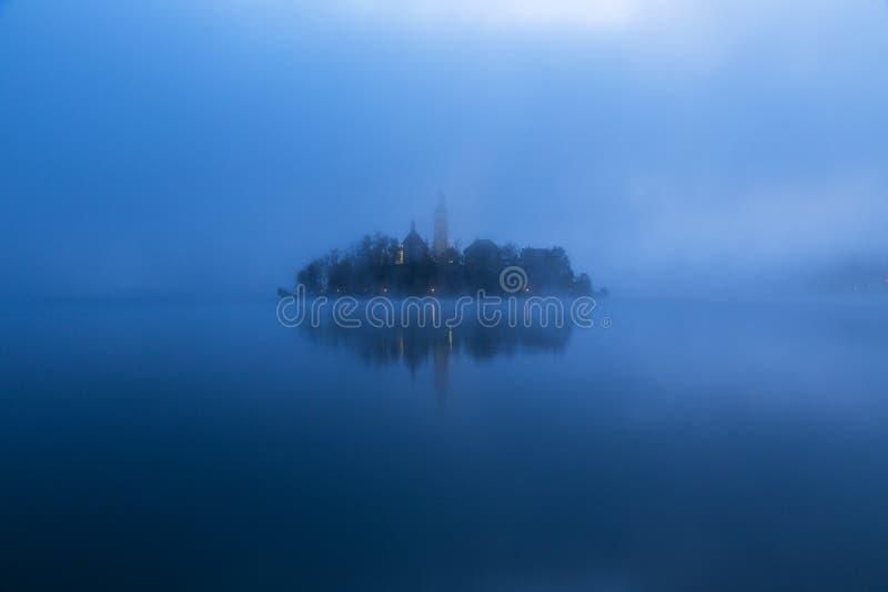 Matin brumeux dans le lac saigné photographie stock libre de droits