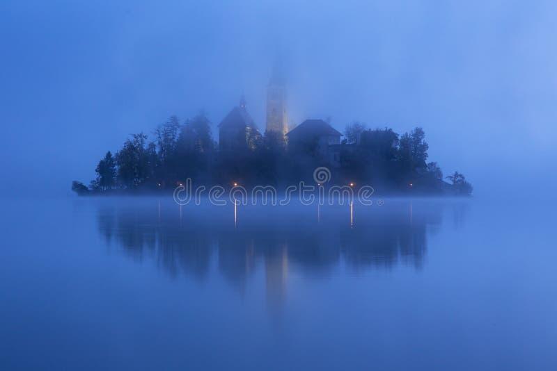 Matin brumeux dans le lac saigné image stock