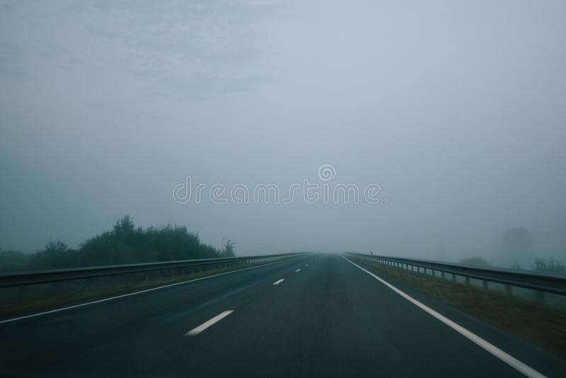 Matin brumeux de route vide d'asphalte images stock