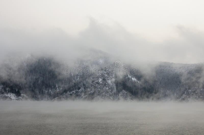Matin brumeux froid d'hiver sur le fleuve Ienisseï images stock