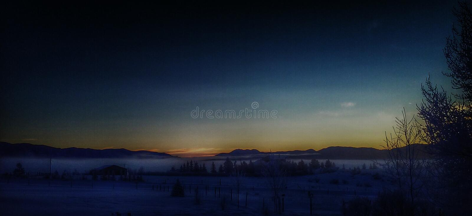 Matin brumeux neigeux humide froid du Montana photographie stock
