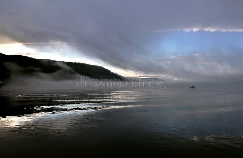 Matin brumeux sur la mer images stock