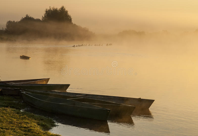 Matin brumeux sur la rivière photographie stock