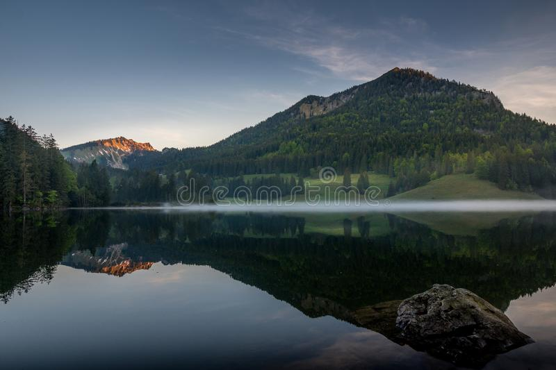 Matin calme au lac Spitzingsee photos stock