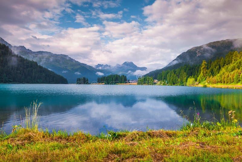 Matin coloré d'été sur le lac Champferersee image stock