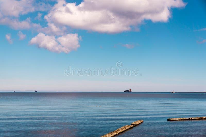 Matin d'été par le bord de la mer photo libre de droits