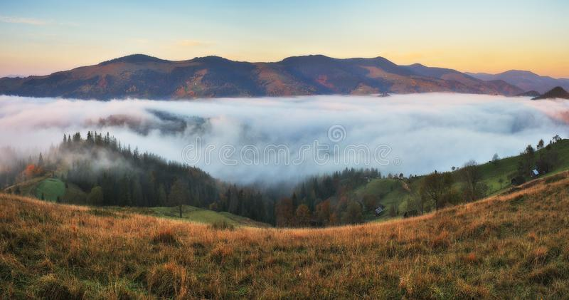 Matin d'automne Lever de soleil brumeux dans les montagnes carpathiennes photo libre de droits