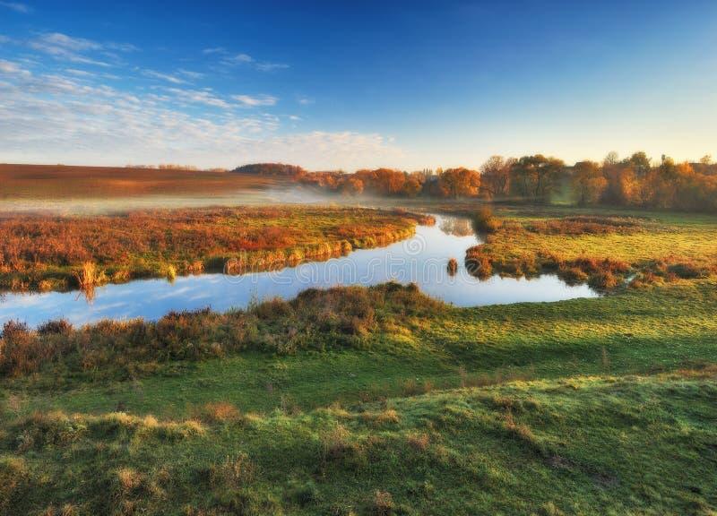 Matin d'automne lever de soleil pittoresque dans la vall?e de la rivi?re photos stock
