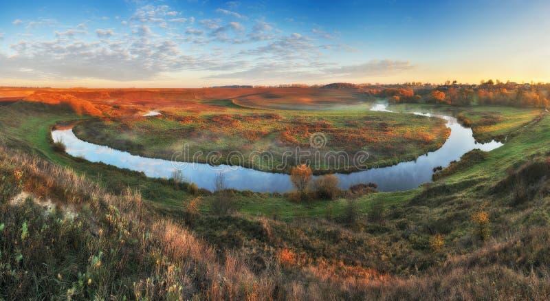 Matin d'automne lever de soleil pittoresque dans la vall?e de la rivi?re image libre de droits