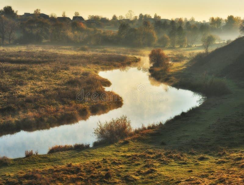 Matin d'automne lever de soleil pittoresque dans la vall?e de la rivi?re photos libres de droits