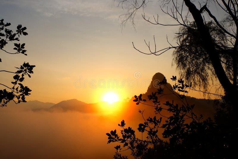 Matin d'or pendant le lever de soleil sur la crête de la colline images libres de droits