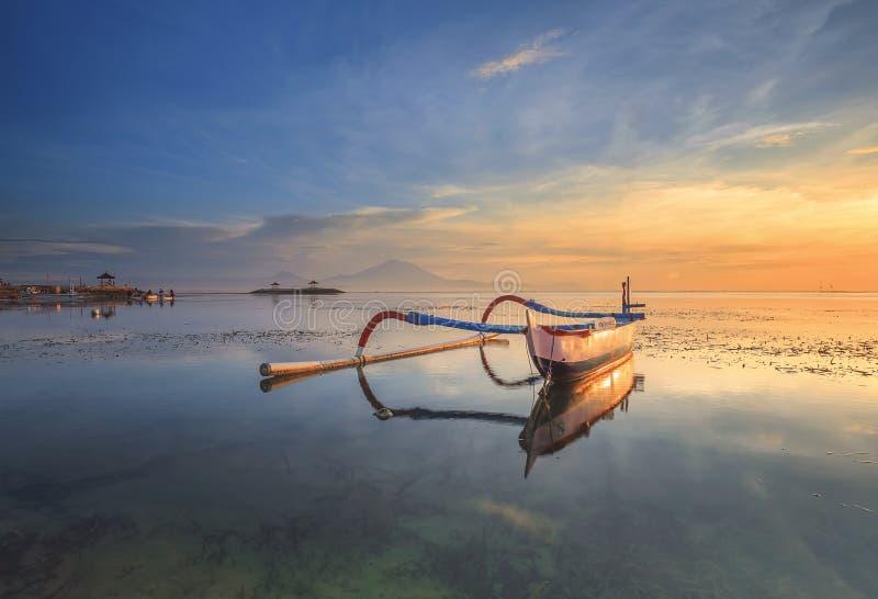 Matin dans Bali, Indonésie Bateau de pêche traditionnel images libres de droits