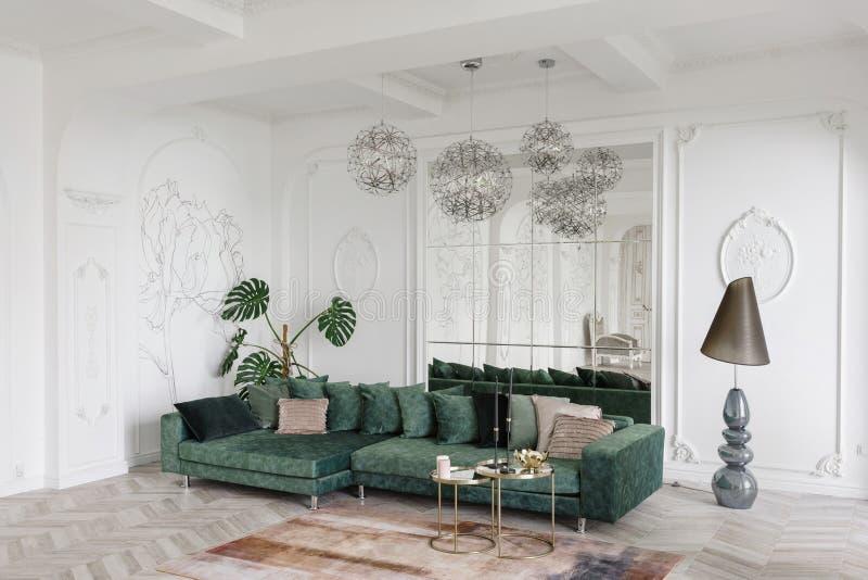Matin dans l'intérieur léger luxueux dans l'hôtel Conception intérieure lumineuse et propre d'un salon de luxe avec du bois de pa photographie stock