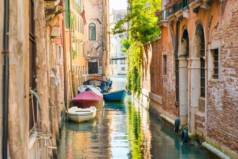 Matin dans la rue de Venise avec le canal photo libre de droits