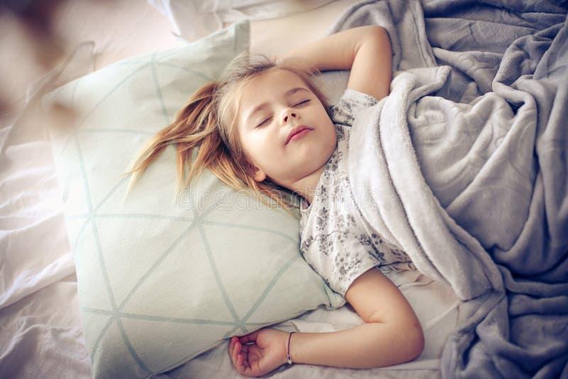 Matin dans le lit photos stock