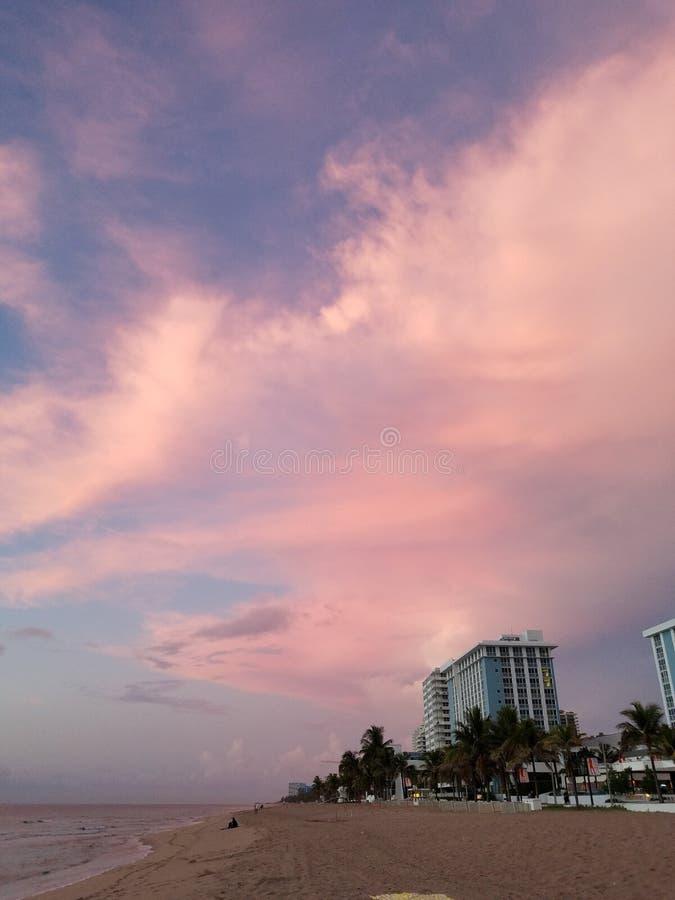Matin de Beautful au lever de soleil de plage photos stock