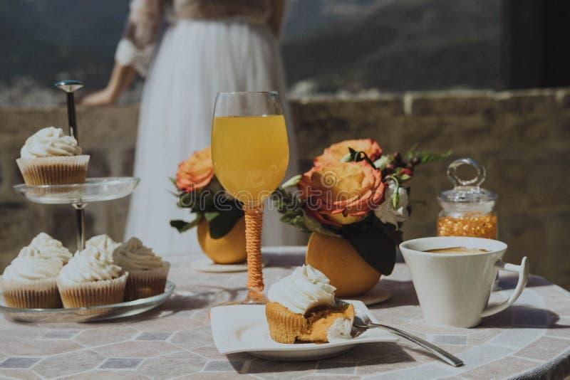 Matin de la jeune mariée Petit déjeuner avec le jus d'orange et les dess frais image libre de droits