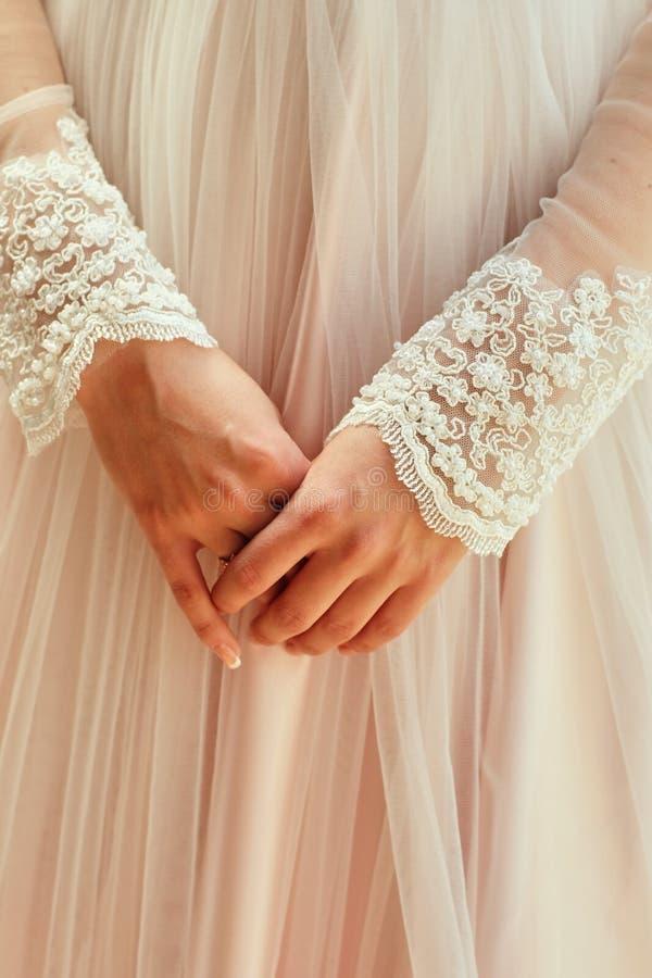 Matin de la jeune mariée quand elle porte une belle robe, femme étant prête avant cérémonie de mariage photos stock