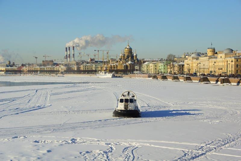 Matin de mars sur Neva River photo stock