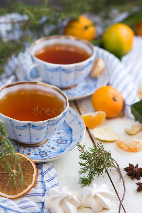 Matin de Noël Boire de thé Une belle encore-vie avec des mandarines et deux tasses de thé chaud photographie stock libre de droits