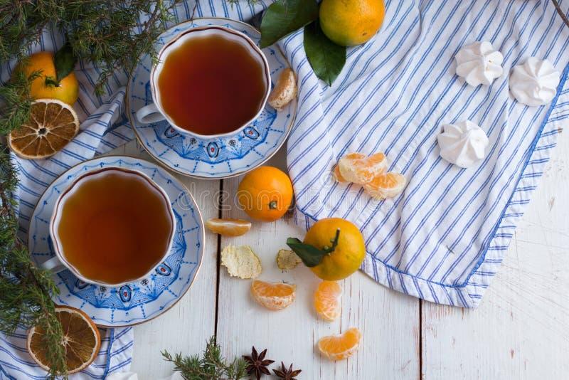 Matin de Noël Boire de thé Une belle encore-vie avec des mandarines et deux tasses de thé chaud images libres de droits