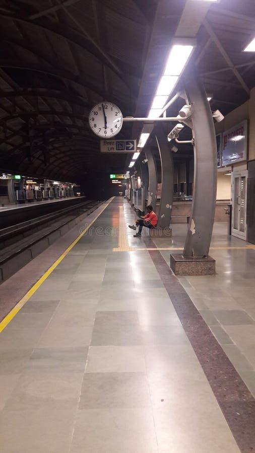 Matin de station service de métro de transport image stock