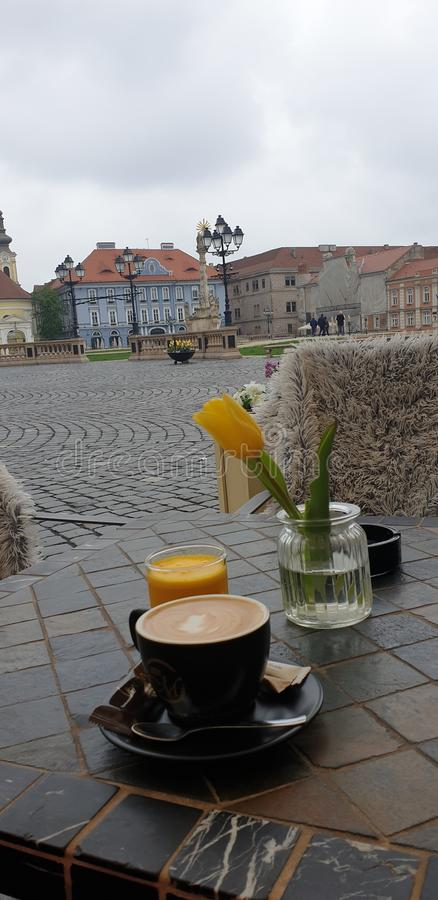 Matin de week-end de ressort dans Timisoara Roumanie à un endroit de café dans la place des syndicats de place d'Unirii photographie stock libre de droits