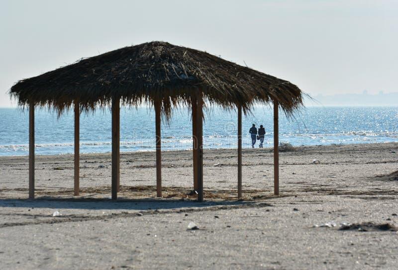 Matin ensoleillé d'automne sur le rivage de la Mer Noire à la plage de Navodari photo libre de droits
