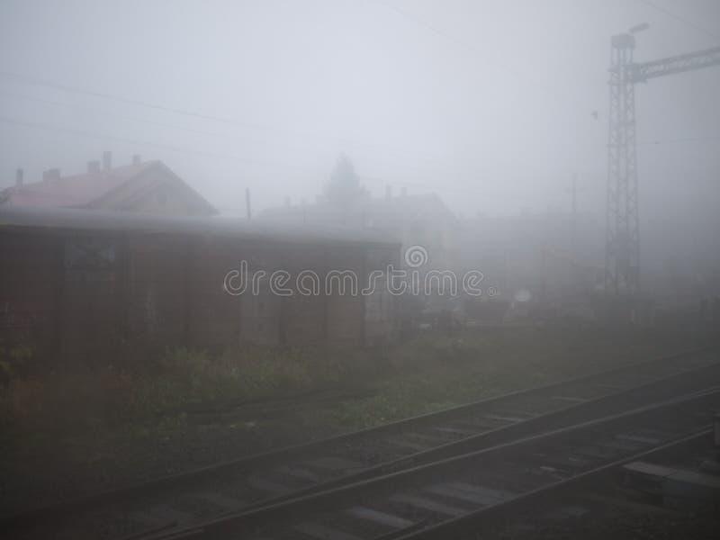 Matin flou à la station de train à une ville au sud du Lac Balaton, la Hongrie images stock