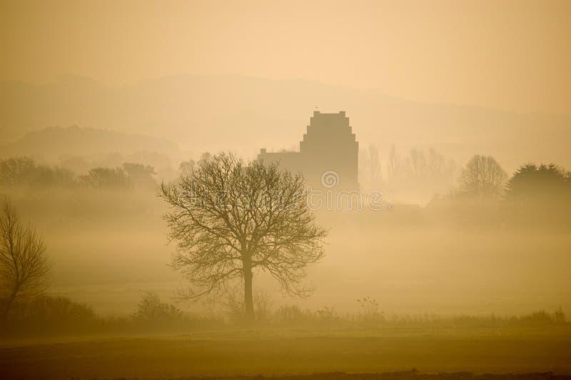 Matin flou d'hiver avec le paysage et une église photographie stock