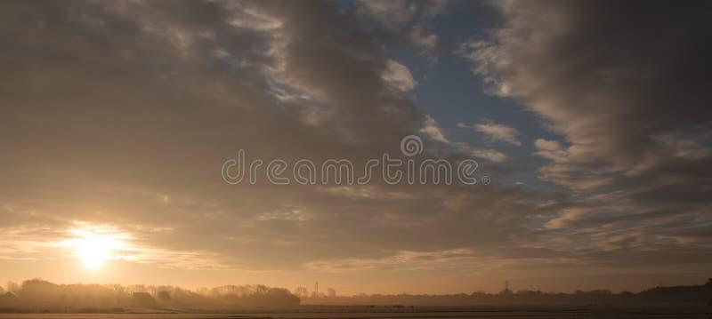 Matin froid, un beau lever de soleil photo libre de droits