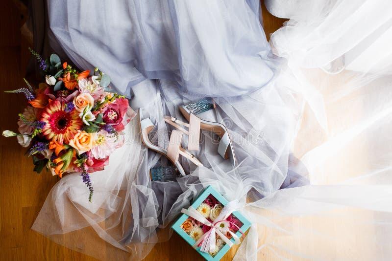 Matin heureux de la jeune mariée photographie stock