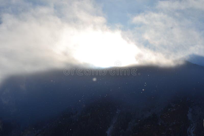 Matin magique dans les montagnes Beaux flocons de neige dans les rayons de soleil image libre de droits