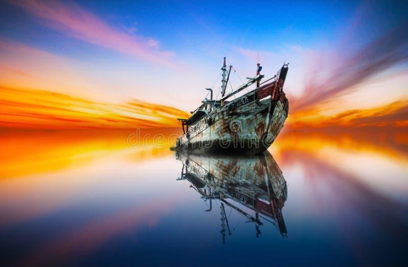 Matin majestueux avec le bateau de fantôme photographie stock