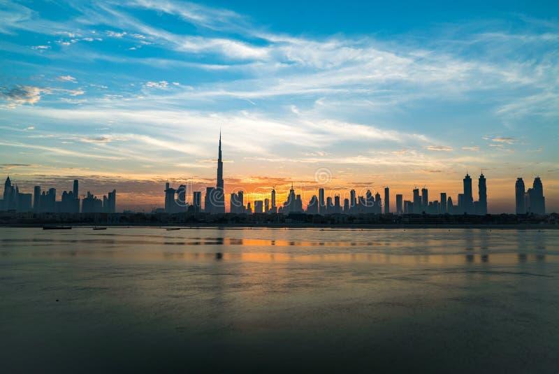 Matin ou lever de soleil à Dubaï Aube au-dessus de Burj Khalifa Beau ciel nuageux coloré au-dessus de Dubaï du centre Rougeoyez p image libre de droits