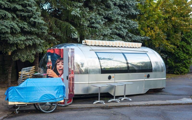Matin près du café de rue, camion argenté de nourriture, chaises Jour de congé photographie stock libre de droits