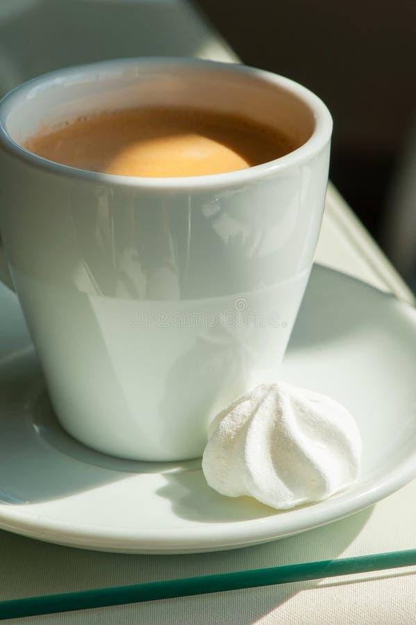 Matin se réveillant Tasse de porcelaine de café blanche avec le meri blanc photographie stock libre de droits