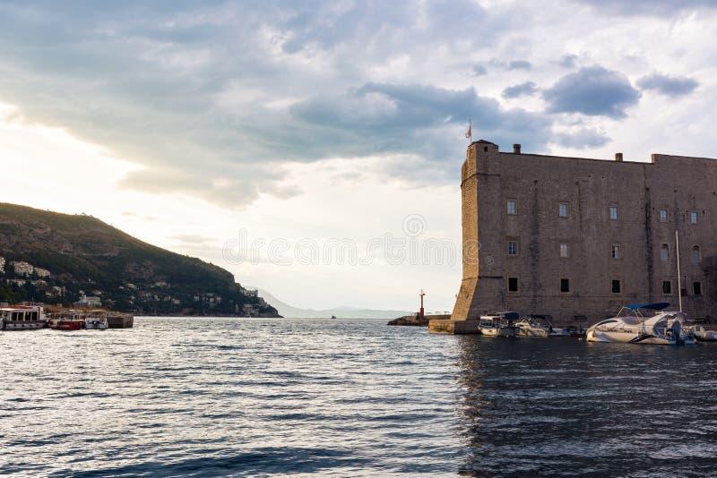 Matin Sun au-dessus terre de lever de soleil de la Croatie de port de Dubrovnik de belle images stock