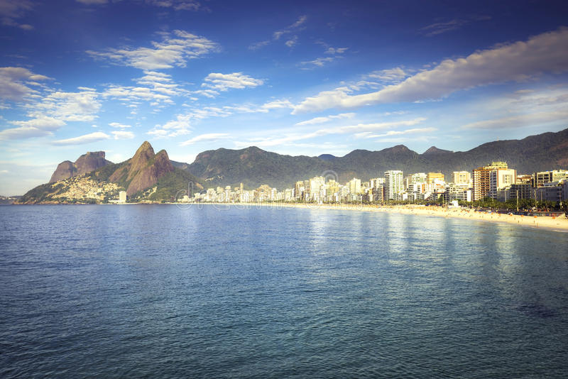 Matin sur la plage d'Ipanema avec le panorama de ville en Rio de Janeiro images libres de droits
