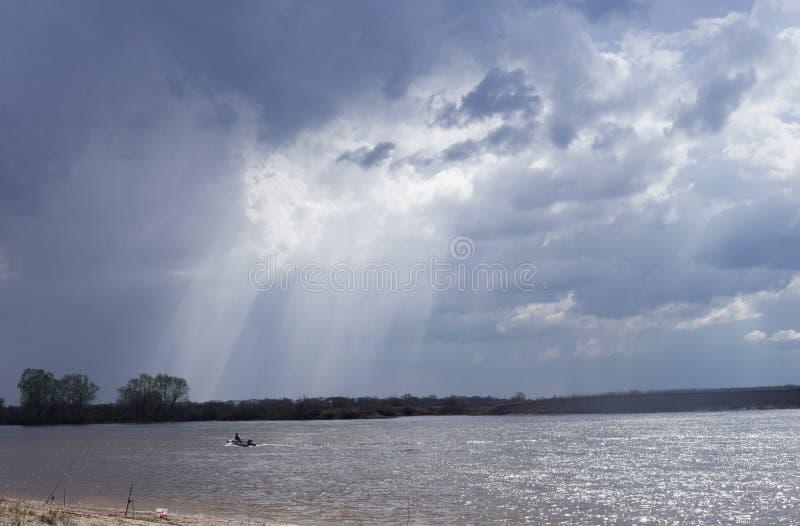 Matin transportant par radeau sur la pêche en eau douce photographie stock libre de droits