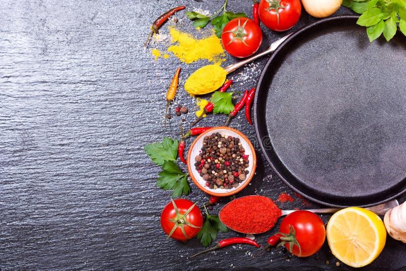 Matingredienser för att laga mat med den tomma pannan arkivfoto