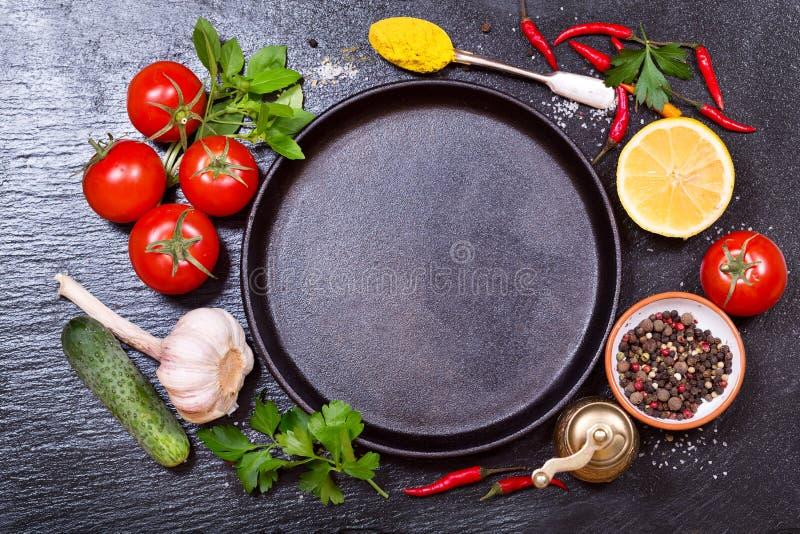 Matingredienser för att laga mat med den tomma pannan fotografering för bildbyråer